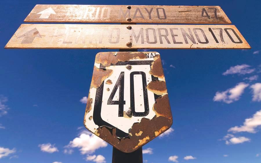 Viejo cartel oxidado de la Ruta 40 en Patagonia