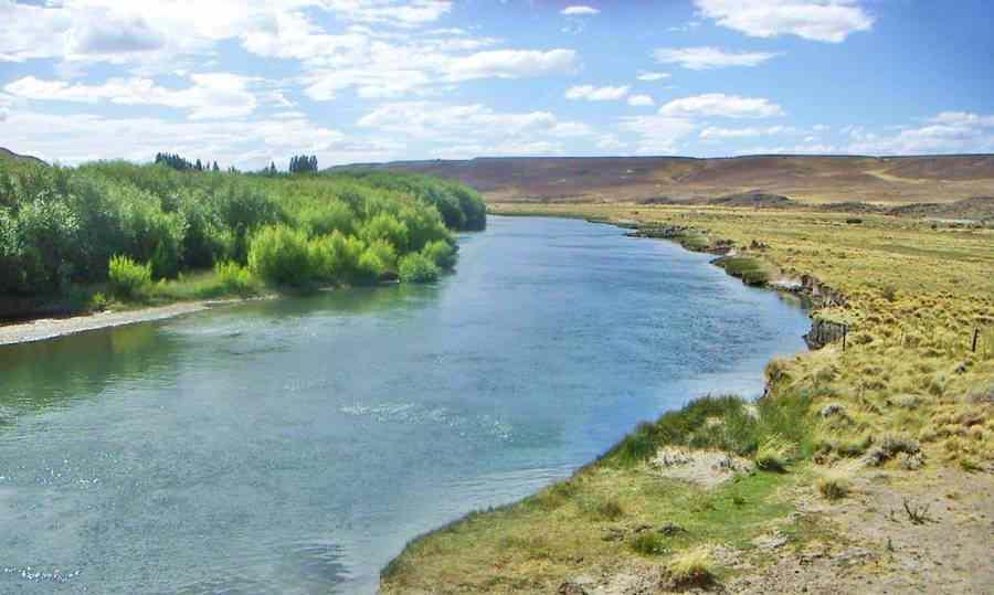 Cruzando el rio Senguer