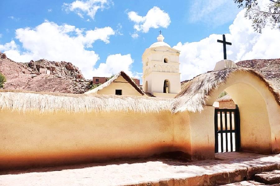 Iglesia de Susques con el muro del atrio