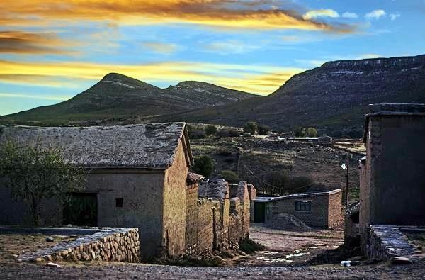 atardecer en Yavi, casas de adobe y cerros