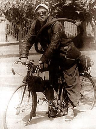 el Che en su bici con motor