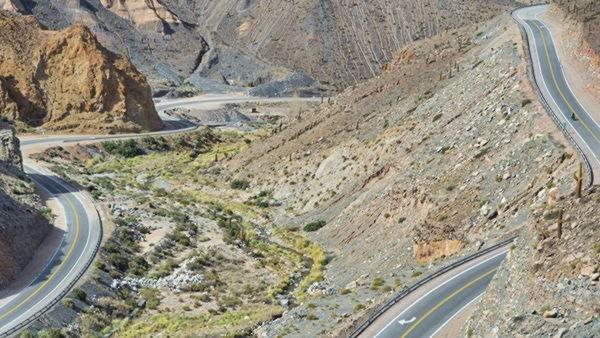 Winding paved Ruta 40 in Abra Blanca mountain pass