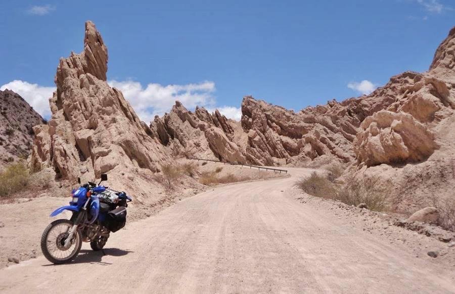 Moto en la Ruta 40 en La Quebrada de las Flechas