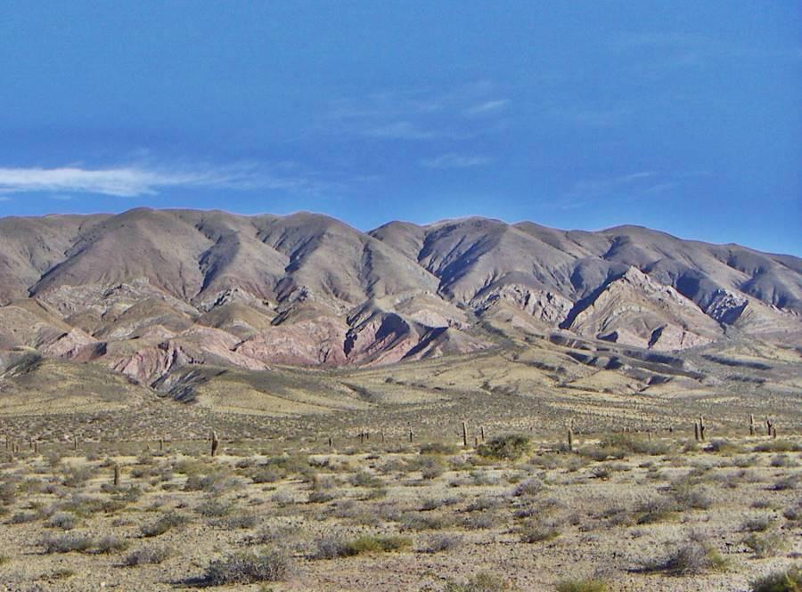 Paisaje de la sierra y cardones en el Parque Nacional Los Cardones, Ruta 40, Salta
